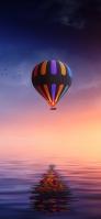 海に鏡面する気球とカモメ iPhone 11 Pro スマホ壁紙・待ち受け
