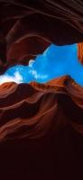 茶色の荒涼とした大地と青空 iPhone 12 スマホ壁紙・待ち受け