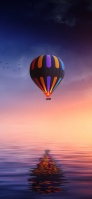 海の上を飛ぶ虹色の気球 iPhone 12 スマホ壁紙・待ち受け