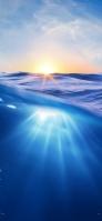 青い海の中 逆光 iPhone 12 スマホ壁紙・待ち受け