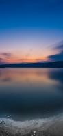 グラデーションの青い空 凍てつく湖 iPhone 12 スマホ壁紙・待ち受け