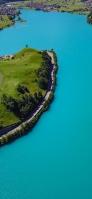 綺麗な湖に囲まれた緑の島 iPhone 12 Pro スマホ壁紙・待ち受け