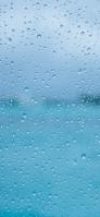 青いガラス 沢山の水滴 iPhone 12 スマホ壁紙・待ち受け
