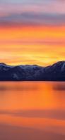 雪山とオレンジの夕焼けと湖 iPhone 12 Pro スマホ壁紙・待ち受け