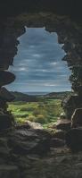 洞窟から見える綺麗な景色 iPhone 12 スマホ壁紙・待ち受け
