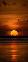 夕暮れ 大きな夕日と海 iPhone 12 スマホ壁紙・待ち受け