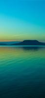 エメラルドグリーンの海と空と台形の島 iPhone 11 Pro Max スマホ壁紙・待ち受け