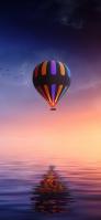 海に反射して映り込むカラフルな気球 iPhone 11 Pro Max スマホ壁紙・待ち受け