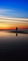 青とオレンジの空 湖畔と人 iPhone 11 Pro Max スマホ壁紙・待ち受け