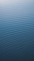 穏やかな海の水面 iPhone SE (第2世代) スマホ壁紙・待ち受け