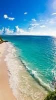真夏のエメラルドグリーンの海と砂浜 iPhone SE (第2世代) スマホ壁紙・待ち受け