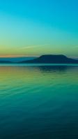 綺麗な緑の海と空 台形の島 iPhone SE (第2世代) スマホ壁紙・待ち受け