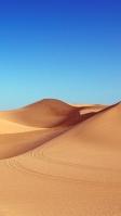 車の4輪の跡が残る砂漠 iPhone SE (第2世代) スマホ壁紙・待ち受け