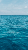 綺麗な空と海と白い船 iPhone SE (第2世代) スマホ壁紙・待ち受け