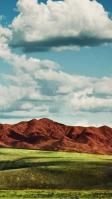 青空と低い山と草原 iPhone SE (第2世代) スマホ壁紙・待ち受け