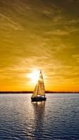黄金色に染まる空とヨット iPhone SE (第2世代) スマホ壁紙・待ち受け