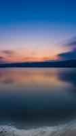 綺麗な空と湖畔 iPhone SE (第2世代) スマホ壁紙・待ち受け