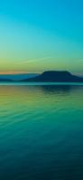 青みがかった湖畔と山と空 iPhone11のスマホ壁紙・待ち受け