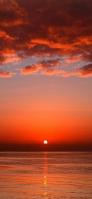 赤く染まった夕日と海 iPhone 11 スマホ壁紙・待ち受け