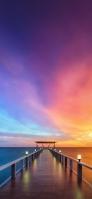 ライトアップされた木の桟橋と海と紫の空 OPPO Reno A Android スマホ壁紙・待ち受け