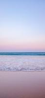 朝の海辺 淡い色合いの空 iPhone 12 mini スマホ壁紙・待ち受け