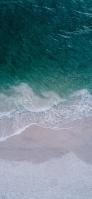 俯瞰視点 綺麗な緑の海 砂浜 iPhone 12 mini スマホ壁紙・待ち受け