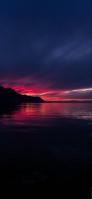 夕暮れ 暗い赤色の空 海 iPhone 12 mini スマホ壁紙・待ち受け