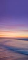 紫・オレンジの空 流れる土地 iPhone 12 スマホ壁紙・待ち受け