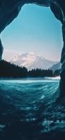 洞窟に流れる海 山 iPhone 12 スマホ壁紙・待ち受け