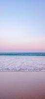 淡い色合いの空と冬の海 iPhone 12 スマホ壁紙・待ち受け