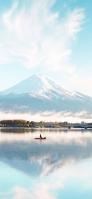 水色の空 雪山 湖で釣りをする人 iPhone 12 スマホ壁紙・待ち受け