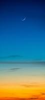 綺麗な三日月と青とオレンジのグラデーションの空 Galaxy A32 5G 壁紙・待ち受け