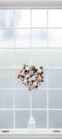 白い窓とハート型の花飾り Mi 10 Lite 5G 壁紙・待ち受け
